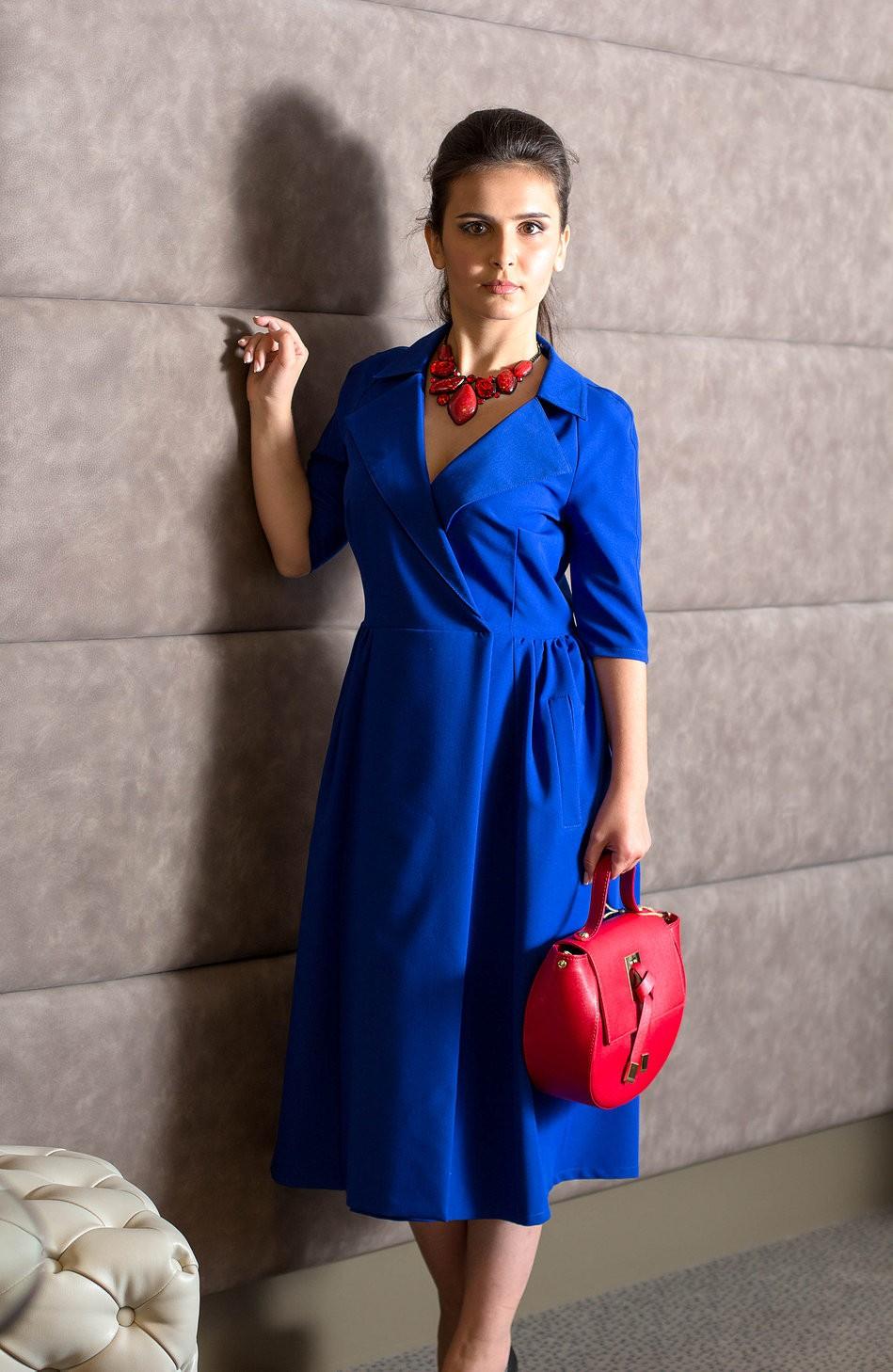 Платья сбаской весна лето 2018: платье с запахом и воротником , синего цвета