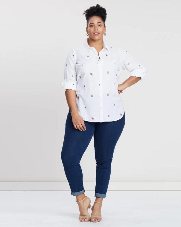 блузки для полных: белая с рисунком
