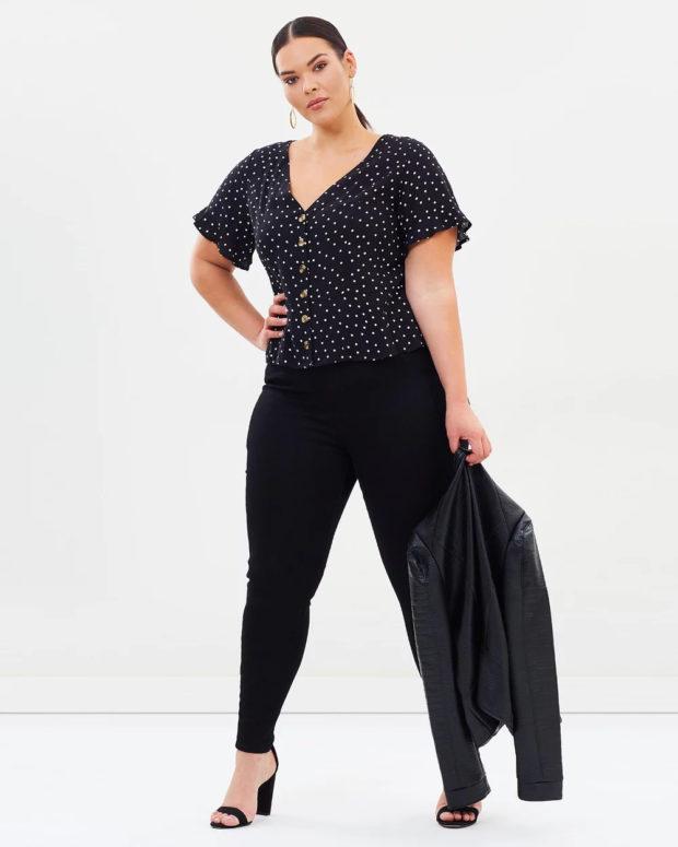 блузки для полных: черная в горошек