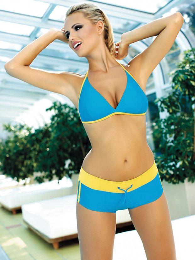 Пляжная мода 2019 тенденции: шорты голубые в цвет купальника