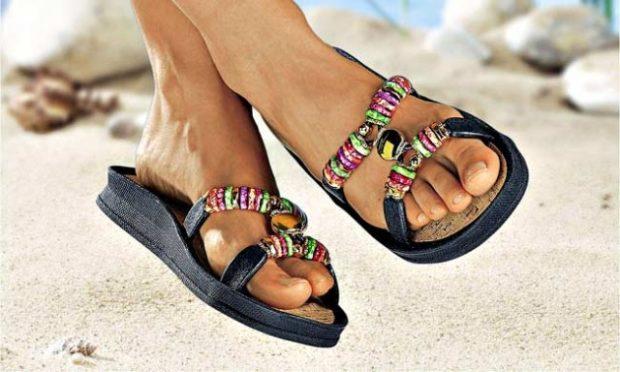 пляжная мода: шлепки черные с украшением