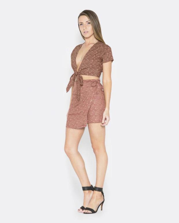 блузка с короткими рукавами: завязанная на поясе