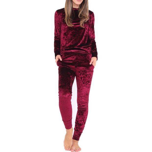 костюм из махрового материала бордового цвета