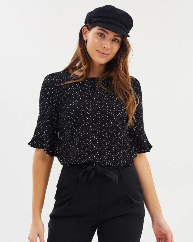 блузки лето 2019: черная короткий рукав