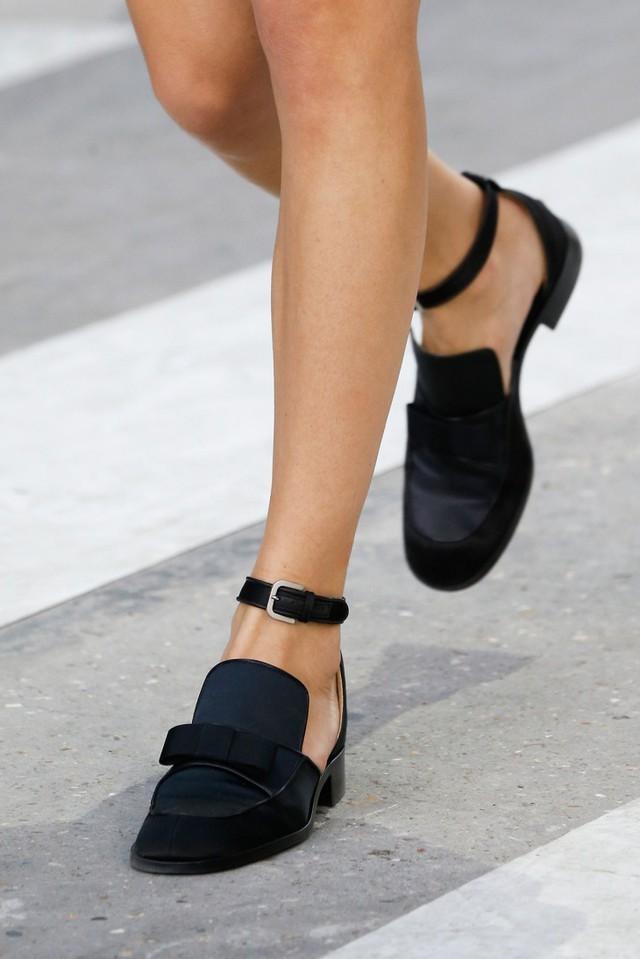 Туфли на низком ходу весна лето 2018: на низком ходу, кожаные,с застежкой, черного цвета