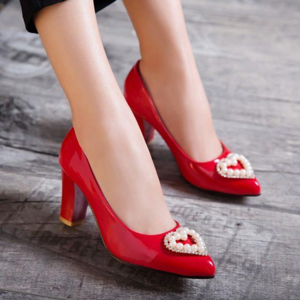 Туфли весна лето 2020: на каблуке кожа без шнуровки с сердечками