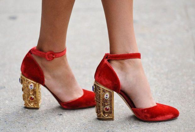 Туфли на толстом каблуке на застежках красного цвета