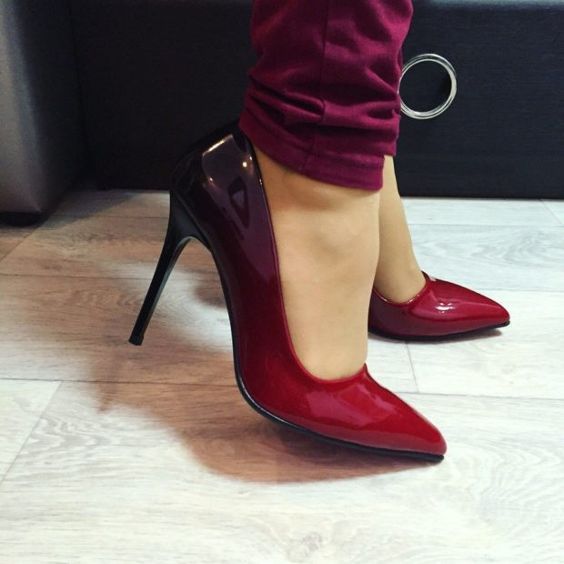 Туфли на шпильке красного цвета