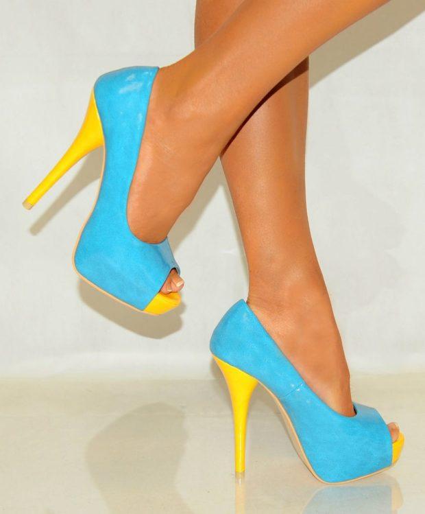 Туфли на шпильке с открытым носом голубые с желтым каблуком