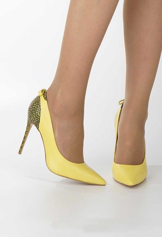 Туфли на шпильке кожаные желтого цвета