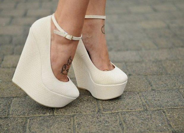 Туфли на платформе с застежкой кожаные белого цвета