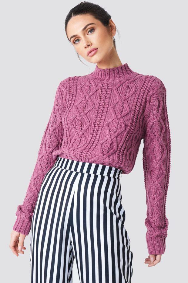 Вязаная мода осень зима 2019-2020: фиолетовый свитер с рисунком