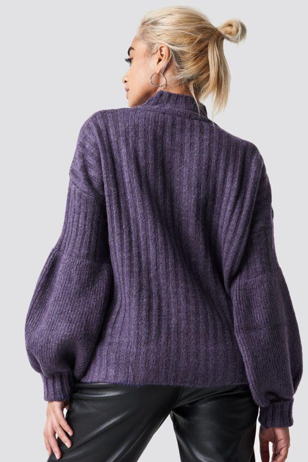 Вязаная мода осень зима 2020-2021: фиолетовый свитер вид сзади