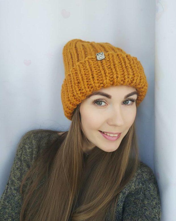 Вязаная мода осень зима 2020-2021: шапка желтая