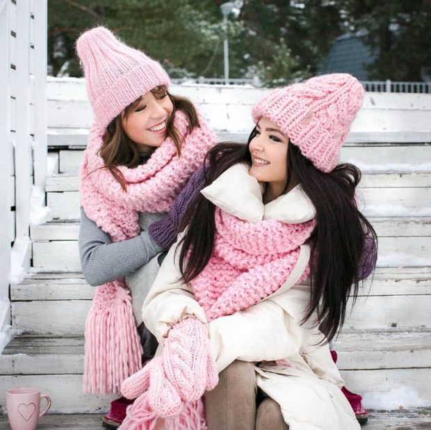 Вязаная мода осень зима 2020-2021: шапки розовые