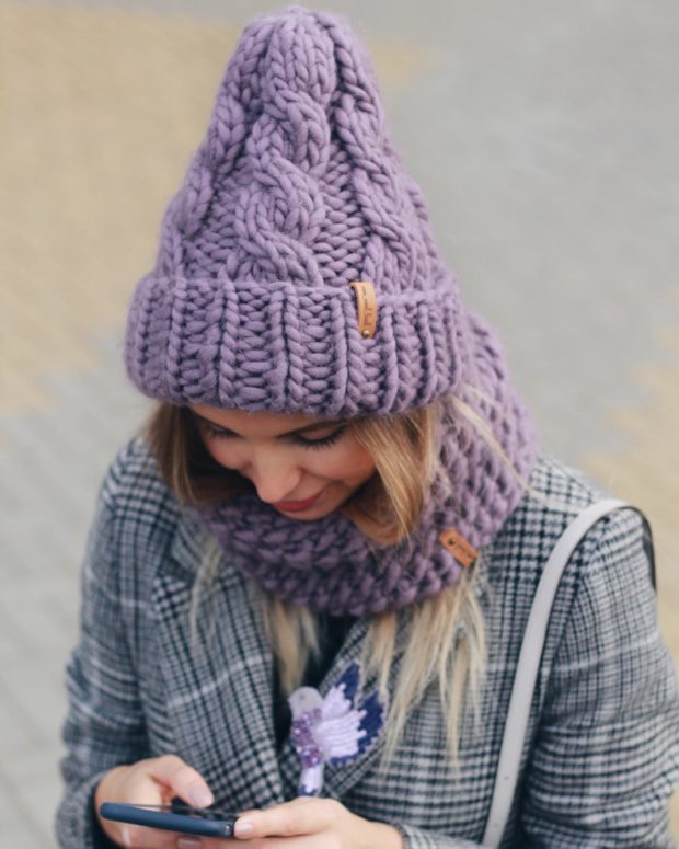 Вязаная мода осень зима 2020-2021: шапка фиолетовая