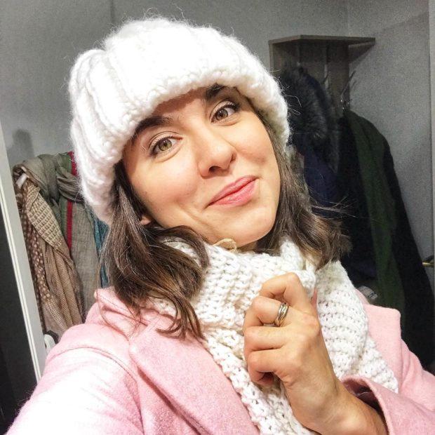 Вязаная мода осень зима 2020-2021: шапка и шарф белые