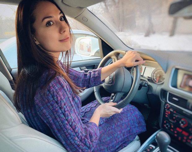 Вязаная мода осень зима 2020-2021: платье фиолетовое