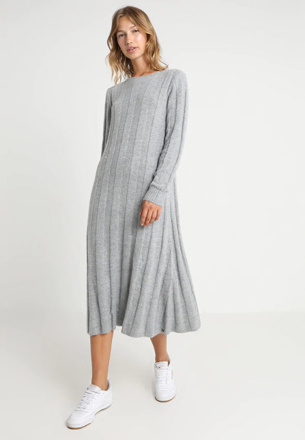 Вязаная мода осень зима 2020-2021: платье серое