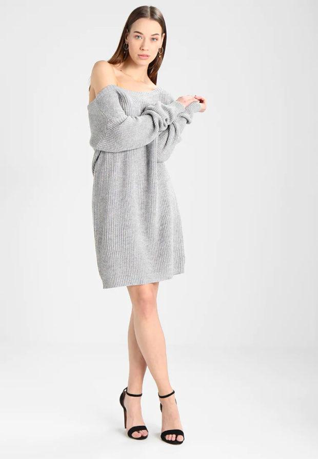 Вязаная мода осень зима 2020-2021: серое платье открытые плечи