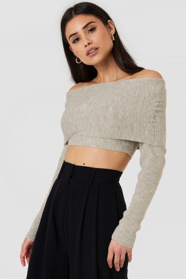Вязаная мода осень зима 2020-2021: серый свитер открытые плечи