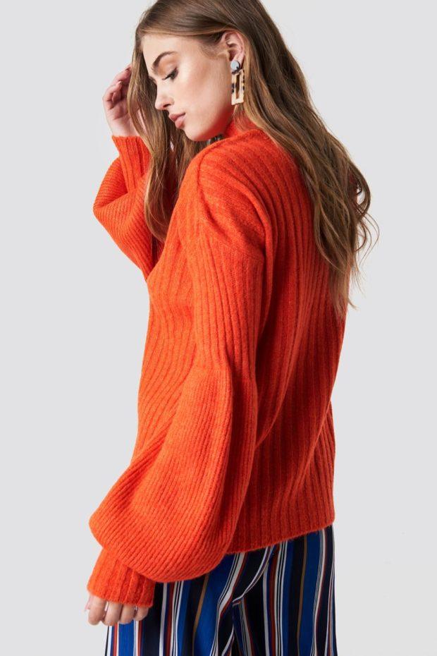 Вязаная мода осень зима 2020-2021: оранжевый свитер вид сбоку