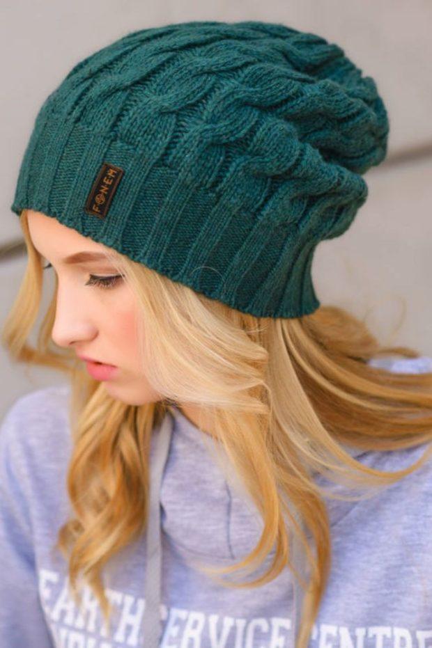 Вязаная мода осень зима 2020-2021 шапки из крупной вязки косичкой зеленые