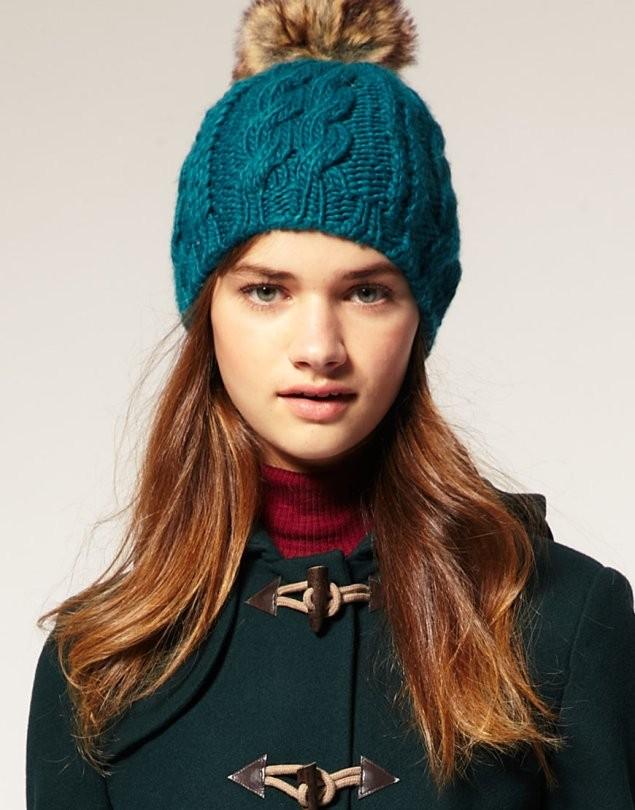 Вязаные шапки осень зима 2018 2019 вязаная шапка,крупная вязка, с пушистым бубоном, и узором, синяя