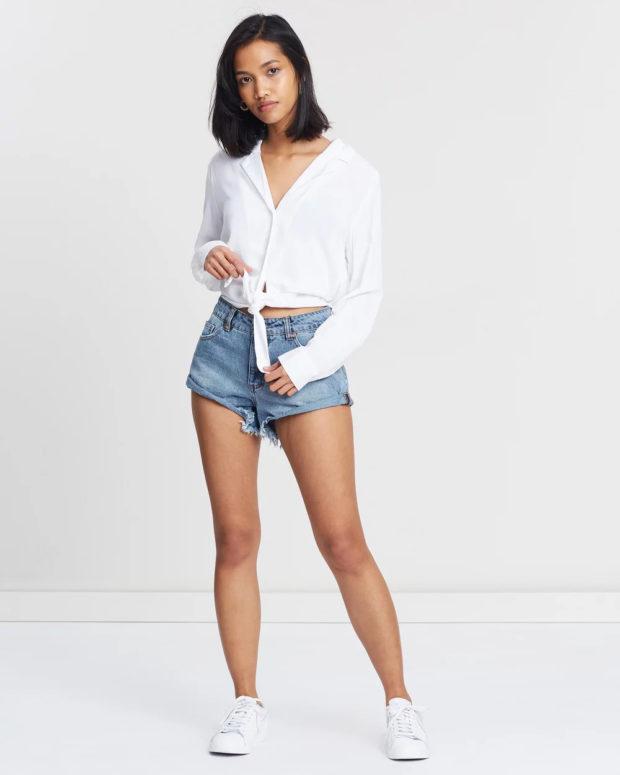 белая блузка: длинный рукав завязанная на животе