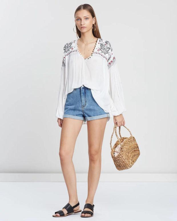 белая блузка: этнический принт под шорты