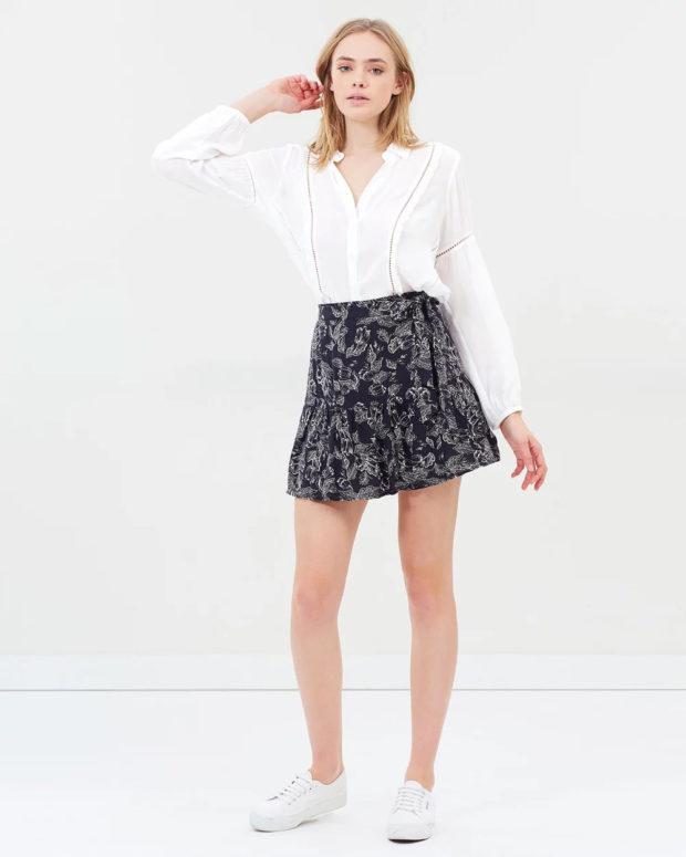 белая блузка: длинный рукав под юбку