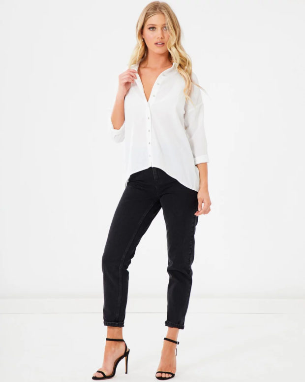 белая блузка: на выпуск под черные джинсы