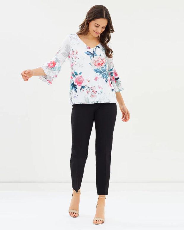 белая блузка: цветочный принт под джинсы