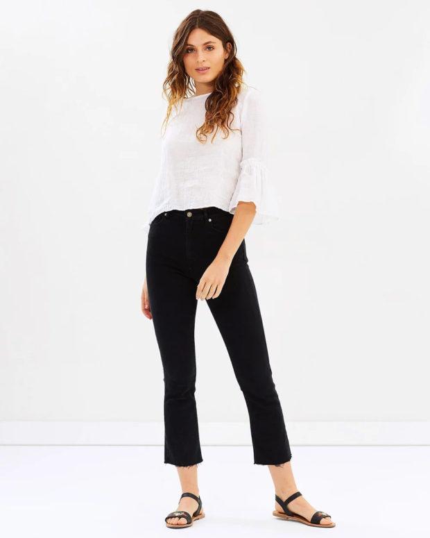 белая блузка: под черные джинсы