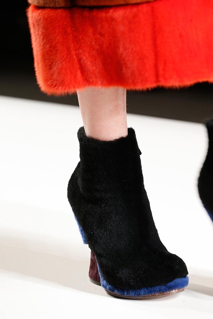 Ботильоны 2019 модные тенденции: замшевые с вставками меха серые