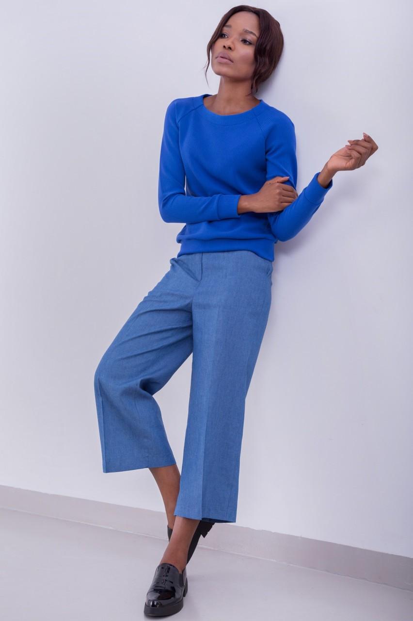 джинсовые кюлоты под синий свитер