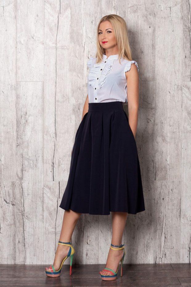 Что одеть на новогодний корпоратив 2020: блузка белая в горох под юбку миди