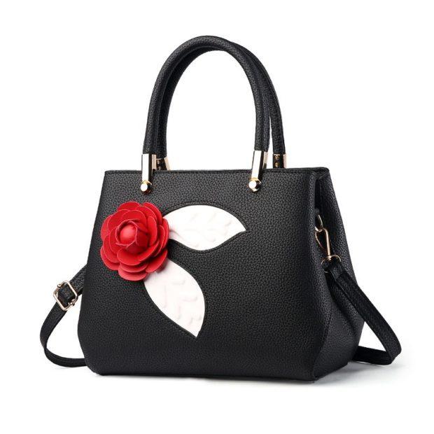 Что одеть на новогодний корпоратив 2019 фото:  сумочка черная с цветочком