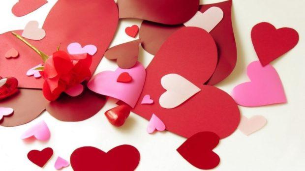 Что одеть на день Святого Валентина 2019: розовые красные сердечки