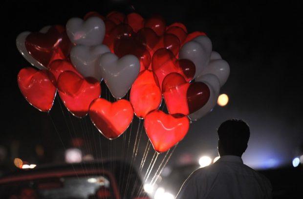 Что одеть на день Святого Валентина 2019: букет из воздушных шариков в виде сердечек