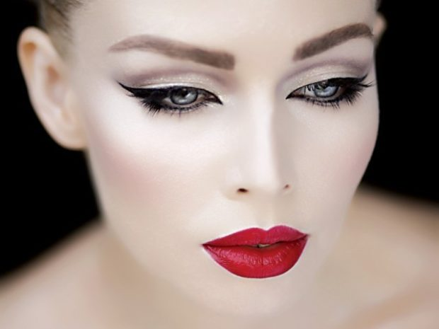 Что одеть на день Святого Валентина 2020: макияж вечерний красные губы золотые глаза