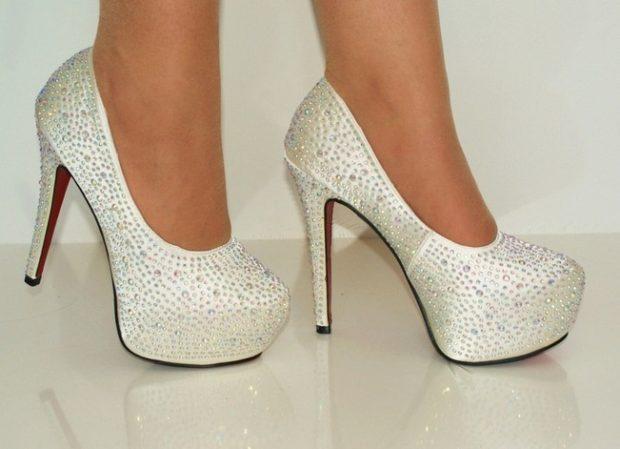 Что одеть на день Святого Валентина 2020: туфли на каблуке белые со стразами