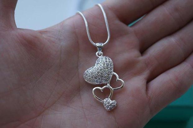 Что одеть на день Святого Валентина 2019: кулончик серебристый в сердечки