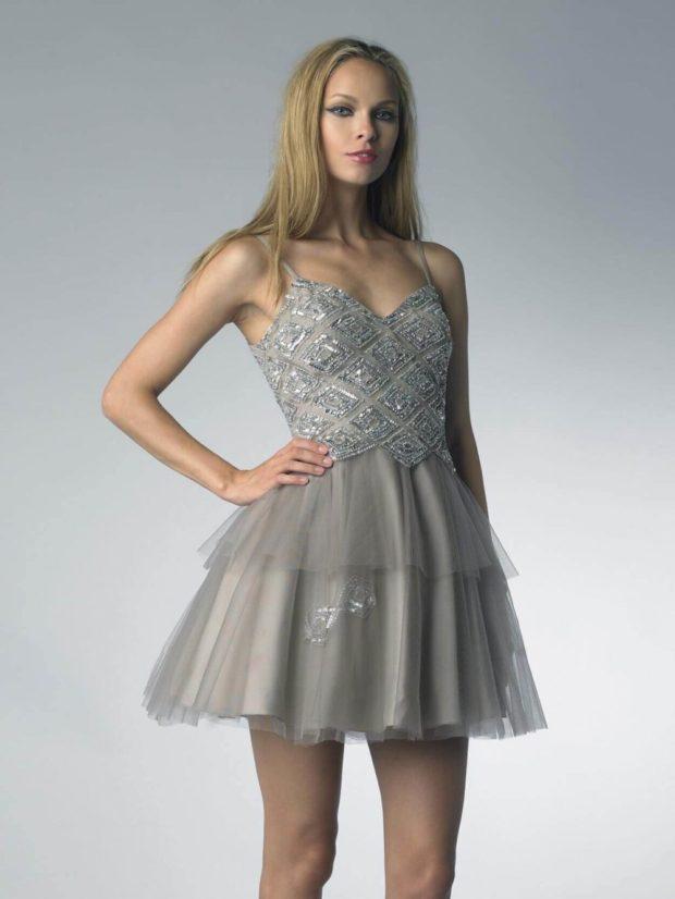 Что одеть на день Святого Валентина 2020: серебристое платье фатиновая юбка