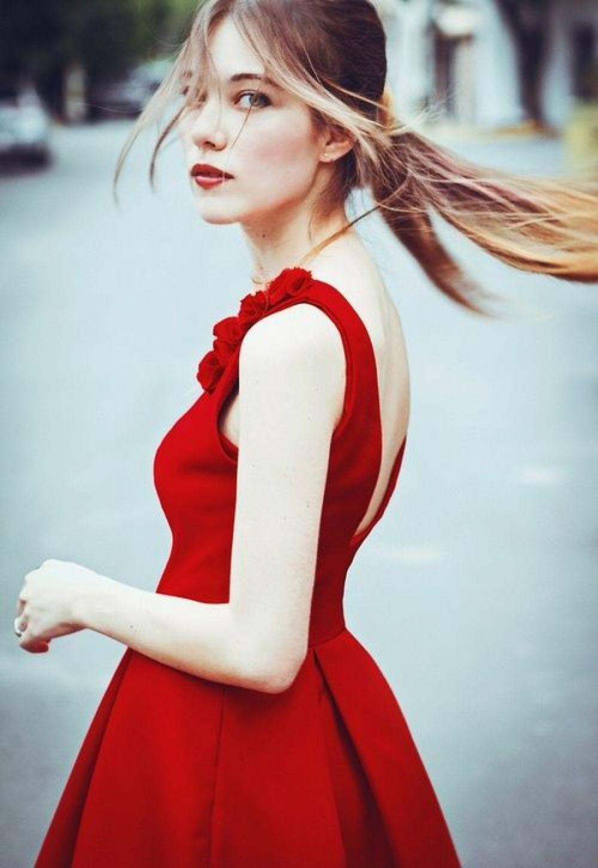 Что одеть на день Святого Валентина 2019: красное платье открытая спина