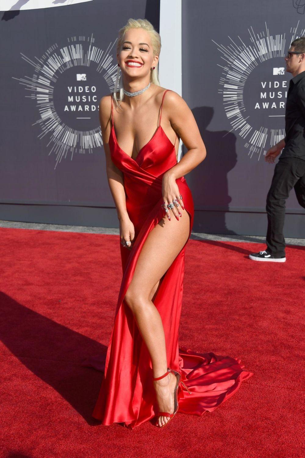 голые платья фото 2018: откровенный вырез красное шелковое в пол