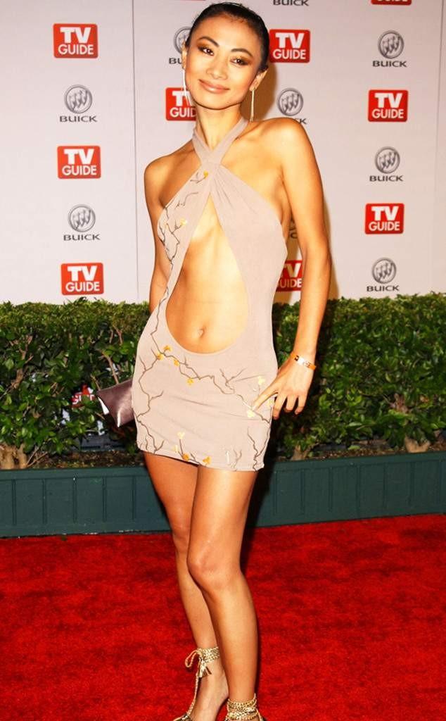 голые платья фото: бежевое с вырезом на животе
