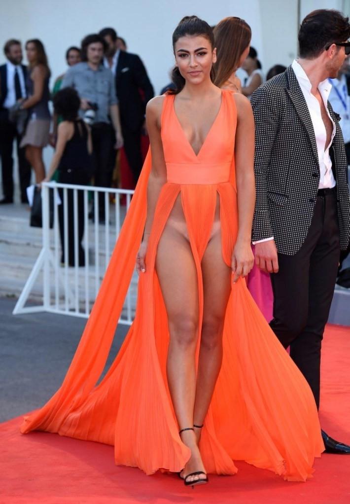 голые платья фото: оранжевое с вызывающими вырезами