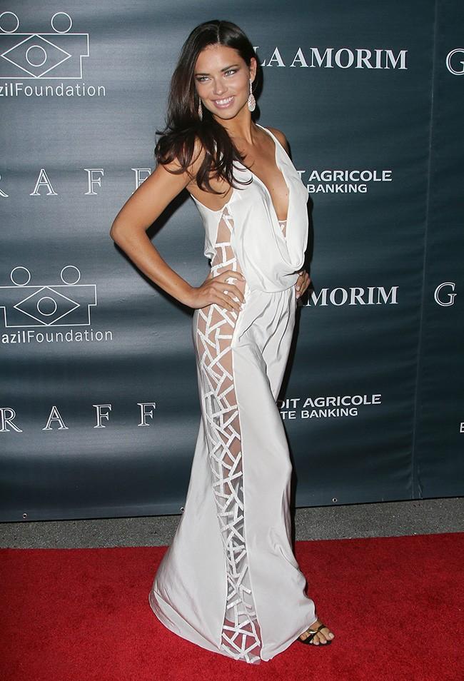 голые платья фото: открытые плечи белое в пол сбоку вырезы