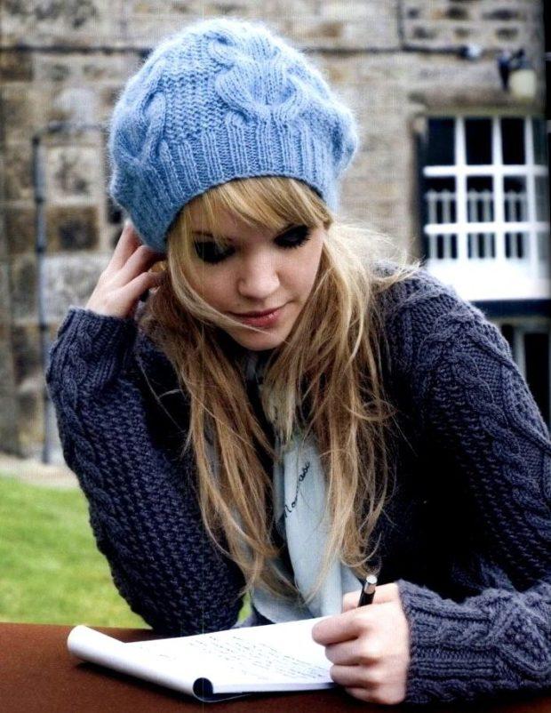 Как носить шапку с челкой: с челкой голубая